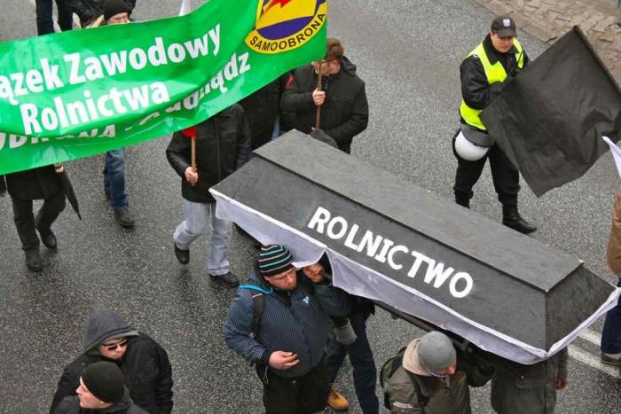 Польские фермеры несут гроб