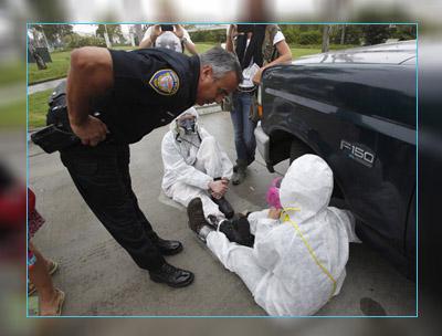 Фото. Полицейский разговаривает с митингующим