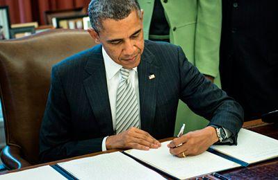 Фото. Обама подписывает закон Монсанто о ГМО