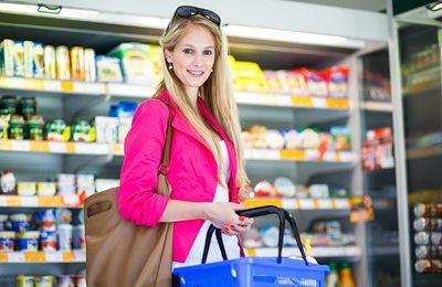 Фото. Девушка с корзиной в супермаркете