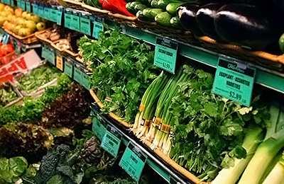 Фото. Красивые зеленые продукты в магазине