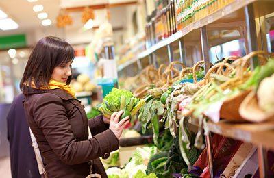 Фото. Девушка выбирает продукты в магазине