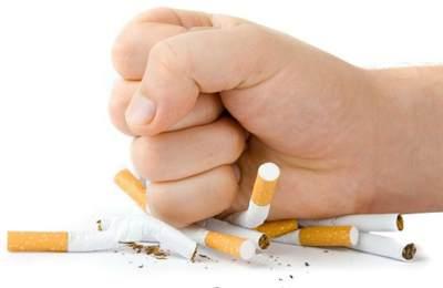Фото. Кулаком уничтожили все сигареты