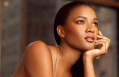 Фото. Чернокожая женщина смотрит в даль