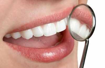 Фото. Осмотр зуб у девушки