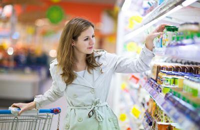 Фото. Девушка выбирает товар в магазине