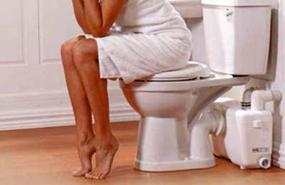 Фото. Девушка сидит на очке в туалете