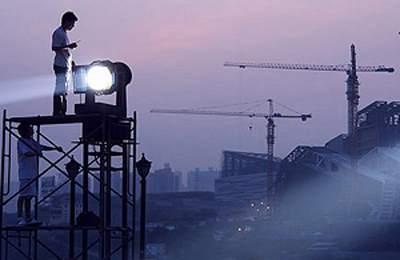 Фото. Мужчина работает при свете фонаря