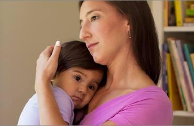 Фото. Мама держит на руках своего ребенка