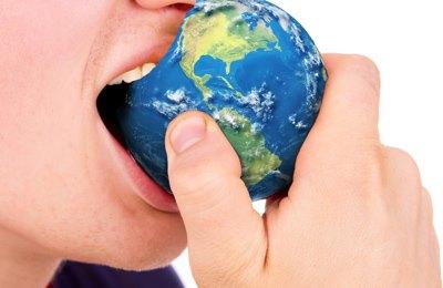 Фото. Парень кусает нашу планету