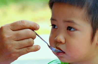 Малыша кормят золотым рисом