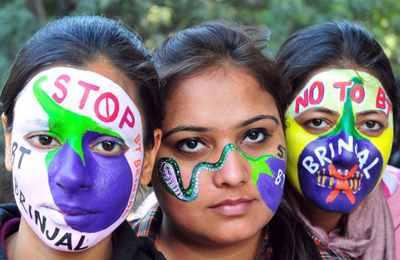 девчонки против ГМО баклажана