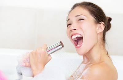 девушка поет в ванной