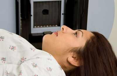 девушка обследуется на рак молочной железы