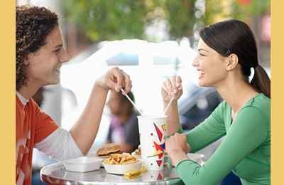 девушки за едой