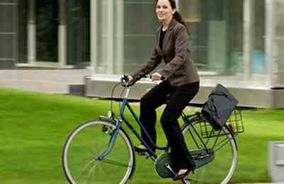 испанская девушка на велосипеде