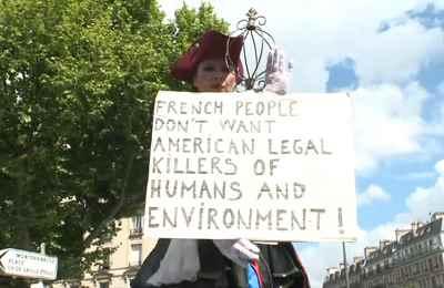 Парижане вышли на марш