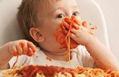 ребенок играется с пищей
