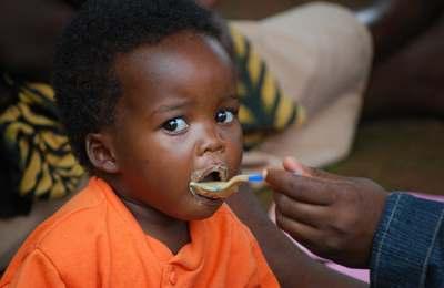 ребенок ест золотой рис