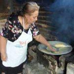 женщина готовить тортильи