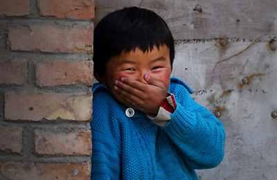 смеется китайский мальчик