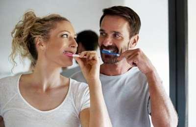 семейная пара чистит зубы
