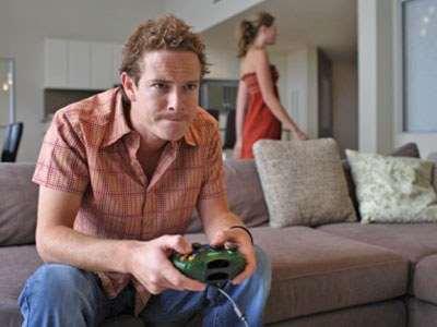 парень играет в видеоигру