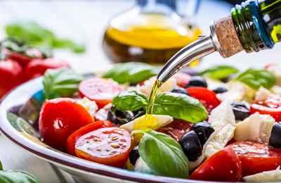 салат поливают маслом