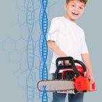 парень пилит бензопилой ДНК