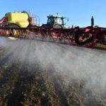 трактор распыляет гербицид