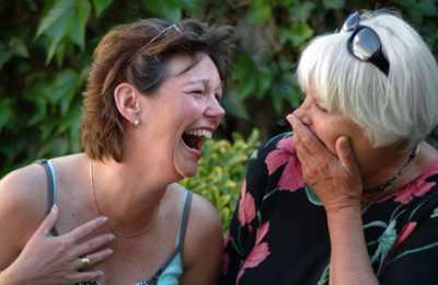 две женщины смеются