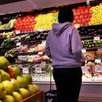 покупатель выбирает продукты