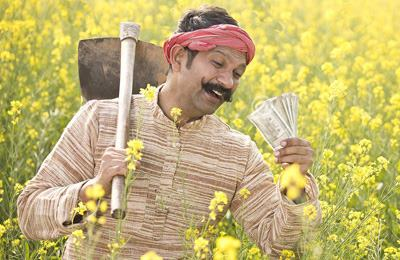 довольный индийский фермер