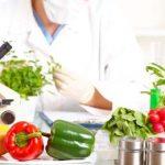 ученый рассматривает растения