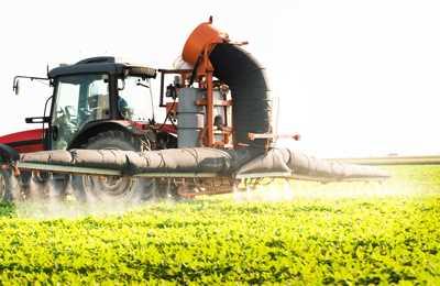 трактор распыляет глифосат