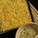 золотой рис в тарелке